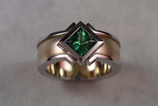 Ring aus Gelbgold und Weißgold mit grünem Turmalin in Zargenfassung