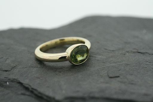 Ring aus Gelbgold mit grün/gelbem Saphir