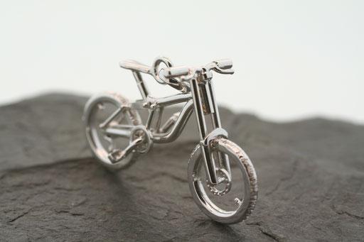 Fahrrad-Anhänger in Weißgold, gefertigt nach individueller Vorlage
