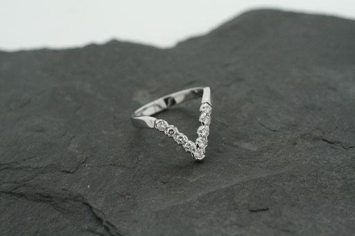 Ring in V-Form aus Weißgold mit Brillanten