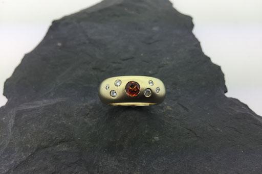 Sandgestrahlter Ring aus Gelbgold mit gelbem Saphir und Brillanten