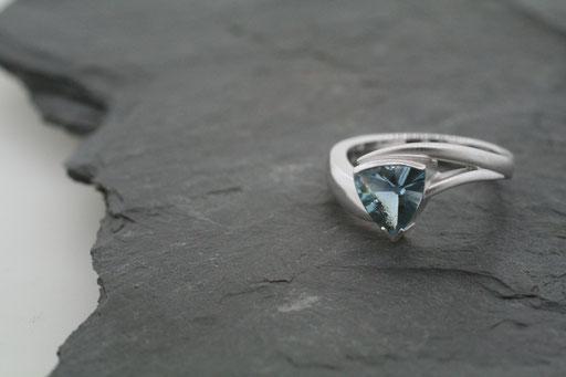 Ring aus Weißgold mit Aquamarin