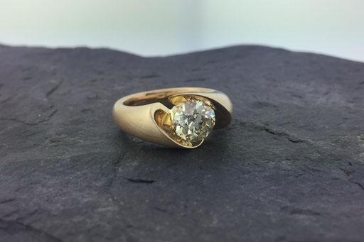 Ring aus Gelbgold im Bürst-Schliff mit einem Brillanten