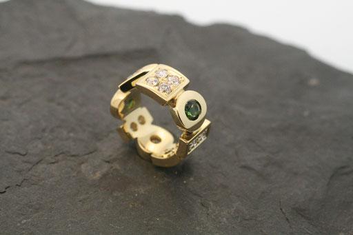 Ring aus Gelbgold mit Turmalinen, Brillanten und Saphiren