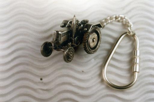 Schlüsselanhänger in Treckerform