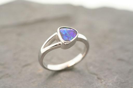 Ring aus Silber mit Opal in Zargenfassung