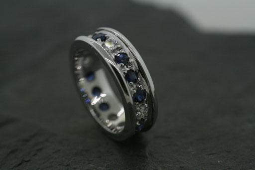 Ring aus Weißgold, rundum gefasst mit Saphiren und Brillanten