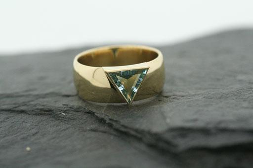Ring aus Gelbgold mit dreieckigem Aquamarin