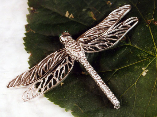 filigran gearbeitete Libelle aus Weißgold