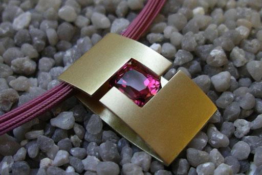 rechteckiger Anhänger in Gelbgold, sandgestrahlt, mit ovalem rosa Amethyst an einem Stahlreif in rosa Kunststoffummantelung