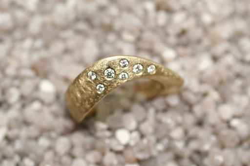 Ring aus Gelbgold mit gecrashter Oberfläche und glatt gefassten Brillanten