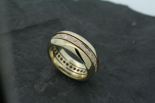 Memoire-Ring aus Gelbgold, rundherum mit Brillanten ausgefasst