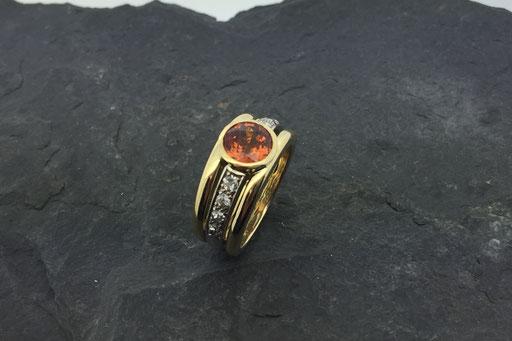 Ring aus Gelbgold mit Mandarin-Granat und Brillanten