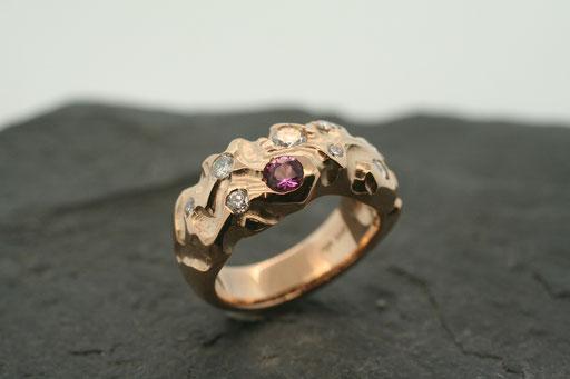 Ring aus Roségold mit pinkem Saphir und Brillanten