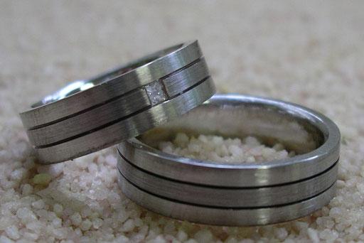 Trauringe / Eheringe aus Weißgold und Palladium mit Prinzessdiamant