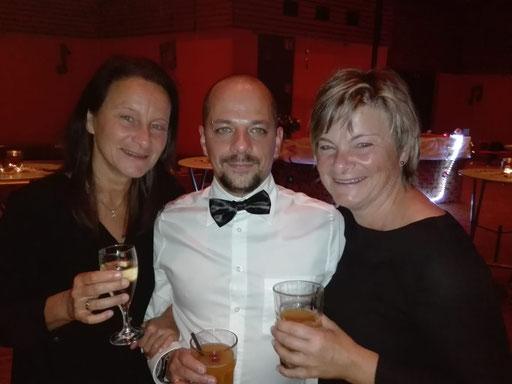 Josefa, Gonzo und Petra genießen die Cocktails