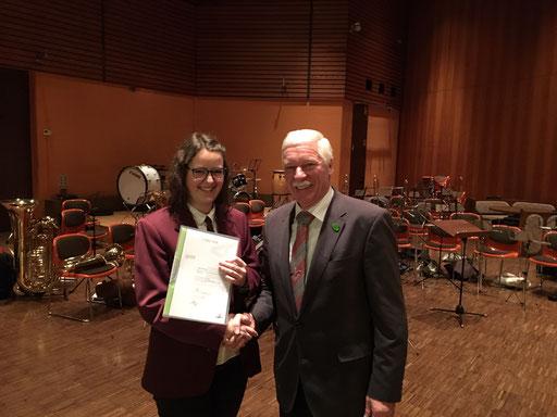 Manfred Schafheutle gratuliert Tabea Schmid zum Bestehen des Goldenen Leistungsabzeichens