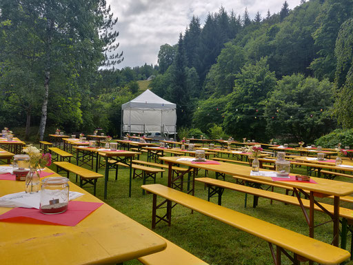 Die Tische und die Bühne stehen soweit
