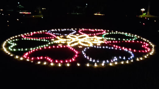 Ein riesiges Mandala erstrahlt im Kurpark