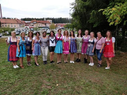 Die Mädels präsentieren ihre Outfits
