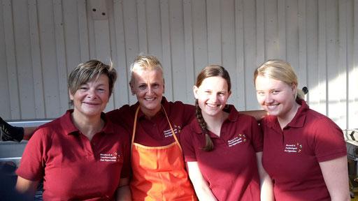 Die Mädels von der Burger-Zubereitung