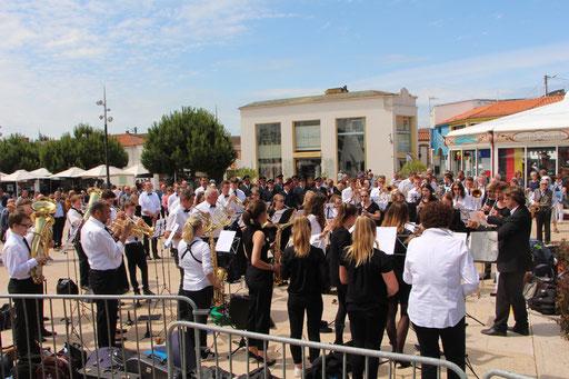 Spielen der Nationalhymnen am Kriegerdenkmal