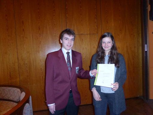 Florian gratuliert Lena Schmid zum Bestehen des Bronzenen Leistungsabzeichens