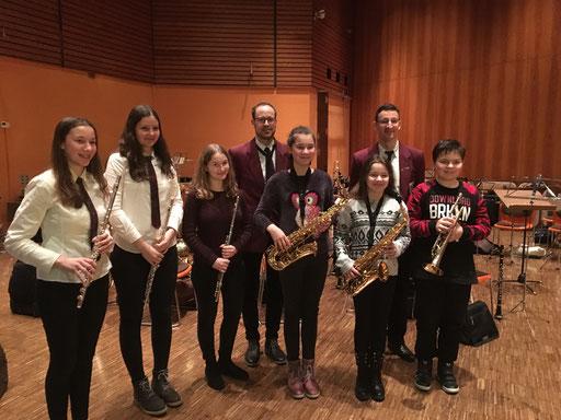 Die Jungmusiker mit ihren Ausbildern (hinten)