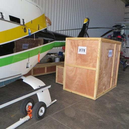 機体を分解、梱包作業中の様子