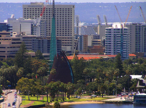Der Swan Bell Tower ist im Dezember 2000 eroeffnet worden und hat 6 Stockwerke die insgesamt 82,5 Meter hoch sind.