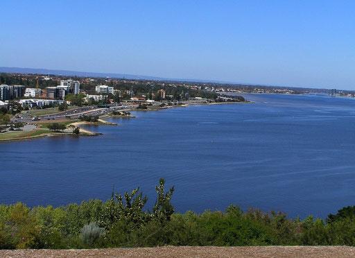Vom Botanischer Garten genießt man einen wunderbaren Blick auf die Skyline der Stadt und den Swan River.