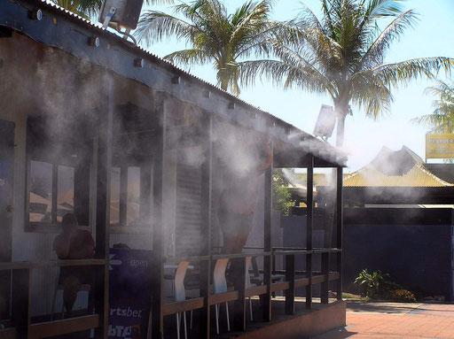 Nein, dieser Pub brennt nicht, das ist Dampf der aus der Klimaanlage unter dem Dach heraus kommt.