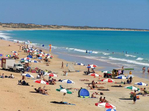Die Cable Beach, ist ein 20 km langer Sandstrand, benannt nach der ehemaligen Telegraphenleitung zwischen Broome und der Insel Java.