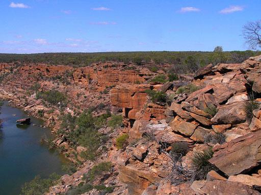 Im Kalbarri National Park hat der Murchison River über Millionen von Jahren bis zu 150 m tiefe Schluchten in die Sandsteinschichten geschnitten.