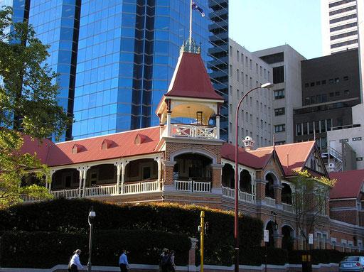 Perth wurde am 12. August 1829 am Swan River nahe dessen Muendung in den Indischen Ozean von Captain James Stirling gegruendet, mit dem Ziel, die Franzosen von der Besiedlung des australischen Westens abzuhalten.