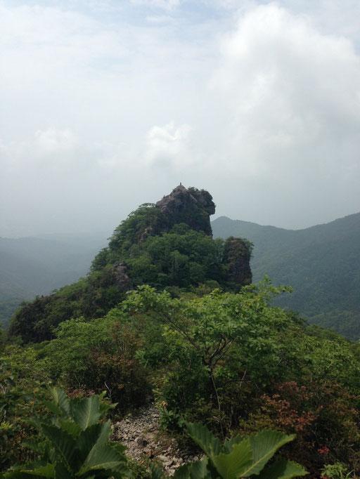 大黒岩(獅子岩)北側からみると獅子に見えます。