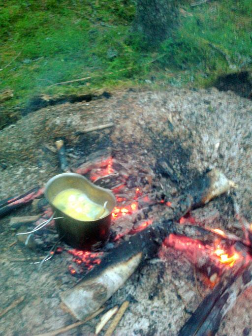 den Reis im Feuer zu kochen, ist etwas schwierig - Anbrenngefahr