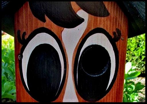 Detail Nestkastje in vorm van Ezel, ogen