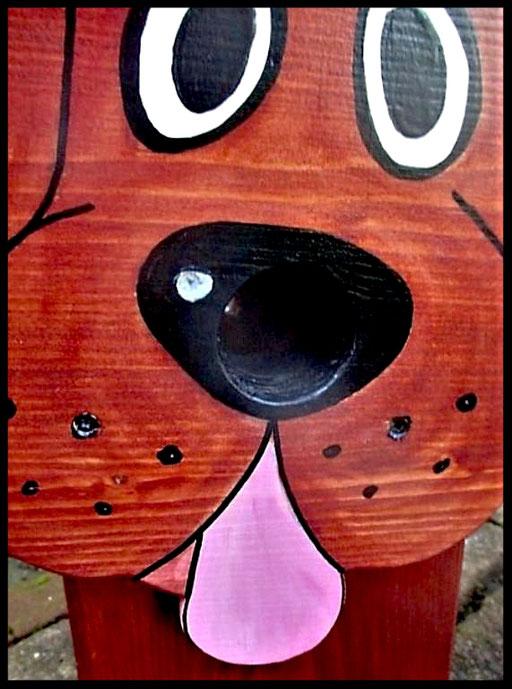 Detail Nestkastje in vorm van Hond, donker bruin