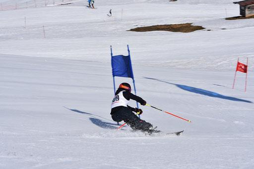 SV DJK Heufeld Skiteam Vereinsmeisterschaft 2019 Rennläufer fixiert die nächste Stange.