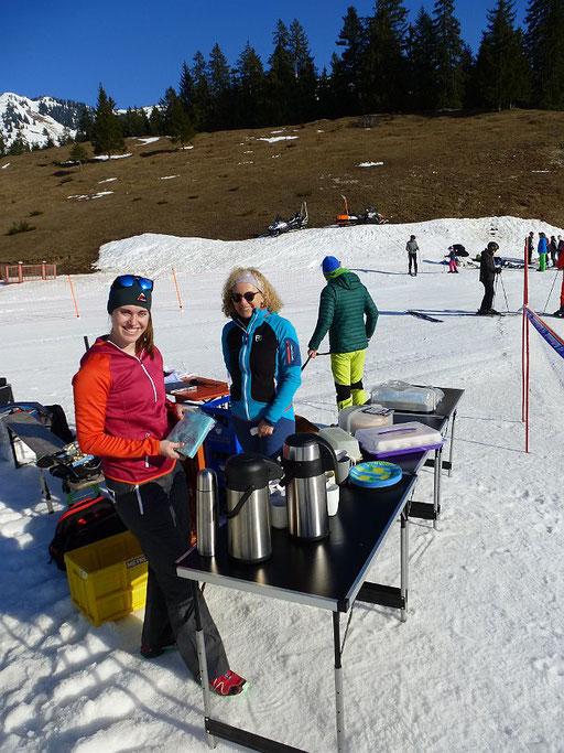 Vereinsmeisterschaft SV DJK Heufeld Skiteam - Kuchenbuffet für Läufer und Zuseher ist angerichtet.
