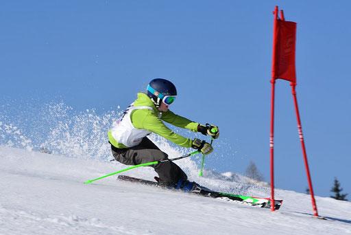 SV DJK Heufeld Skiteam Vereinsmeisterschaft 2019 Rennläufer schießt auf das Tor zu.