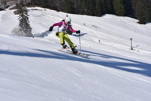 SV DJK Heufeld Skiteam Vereinsmeisterschaft 2019 Rennläufer mit Bergski in der Luft.