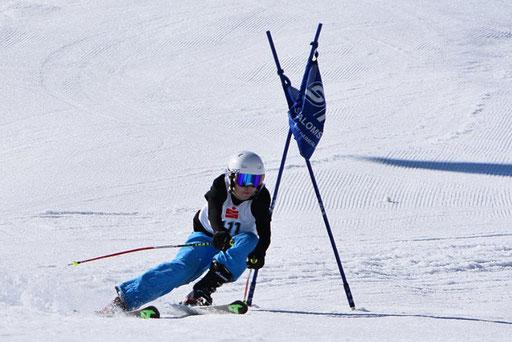 SV DJK Heufeld Skiteam Vereinsmeisterschaft 2019 Rennläufer nah am Tor.