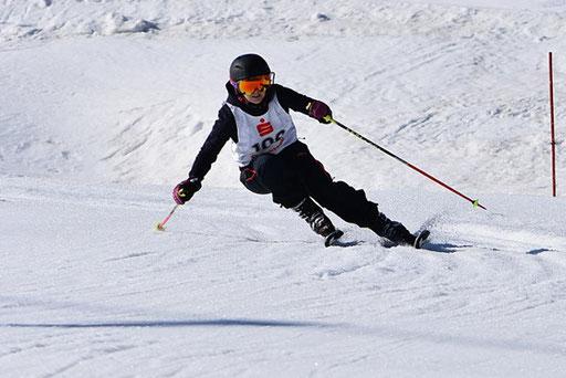 SV DJK Heufeld Skiteam Vereinsmeisterschaft 2019 Rennläufer setzt zum nächsten Schwung an.
