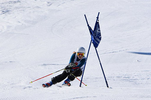 SV DJK Heufeld Skiteam Vereinsmeisterschaft 2019 Rennläufer pusht Stange weg.