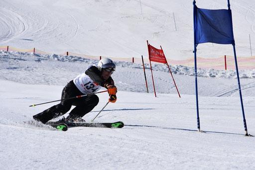 SV DJK Heufeld Skiteam Vereinsmeisterschaft 2019 Rennläufer peilt die Stange an.