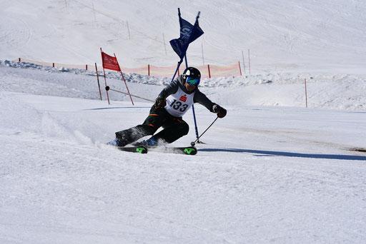SV DJK Heufeld Skiteam Vereinsmeisterschaft 2019 Rennläufer pusht die Stange weg.