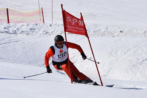 SV DJK Heufeld Skiteam Vereinsmeisterschaft 2019 Rennläufer schießt hinter dem Tor hervor.