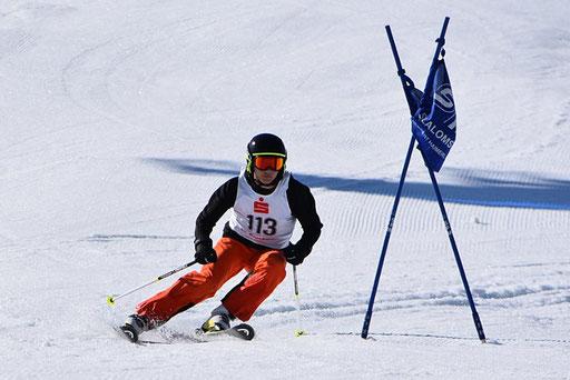 SV DJK Heufeld Skiteam Vereinsmeisterschaft 2019 Rennläufer in Vorseitbeuge.